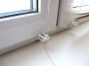 Жалюзи крепятся к окну не только верхними кронштейнами, но и нижними зажимами. Здесь все проще.
