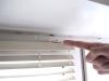 После того как жалюзи приведены в порядок, закрепляйте конструкцию движением кронштейна по  часовой стрелке