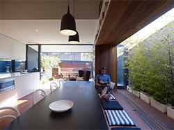 Большое окно австралийского маленького дома