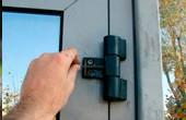 Замена петель на пластиковые двери